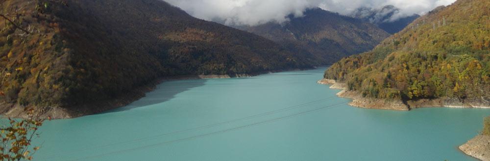lago no caminho para mestia